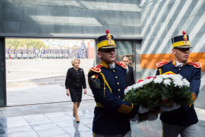Prime minister Viorica Dăncilă laying wreath at Memorial of the Victims of the Holocaust of Romania, in Bucharest. Credit: Government of Romania